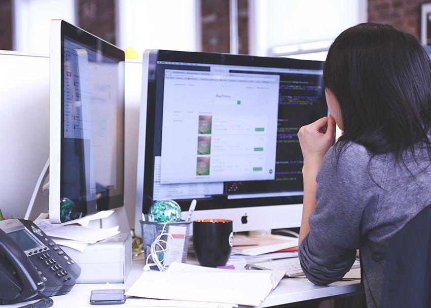 Osoba pracująca przy komputerze