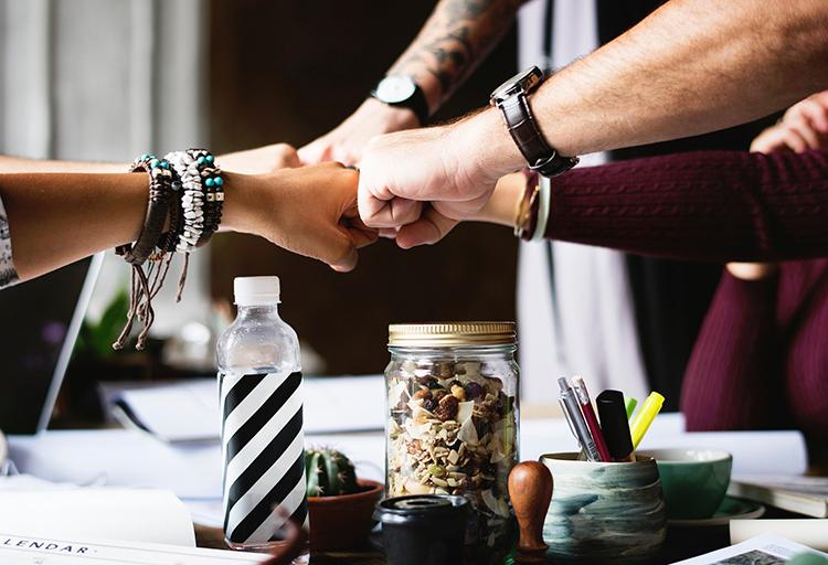 Ręce zespołu współpracowników