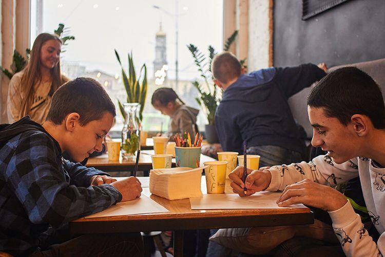 Uczniowie spozywający posiłek